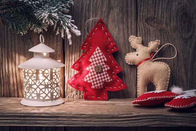 Kerstspeelgoed op een houten tafel