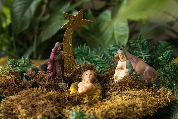 Kerststal met figuren als jezus, maria, jozef en dieren