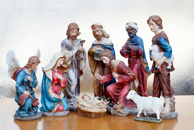 Kerststal op een houten oppervlak