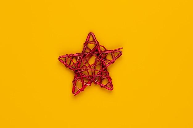 Kerstster decor op geel gekleurde achtergrond.