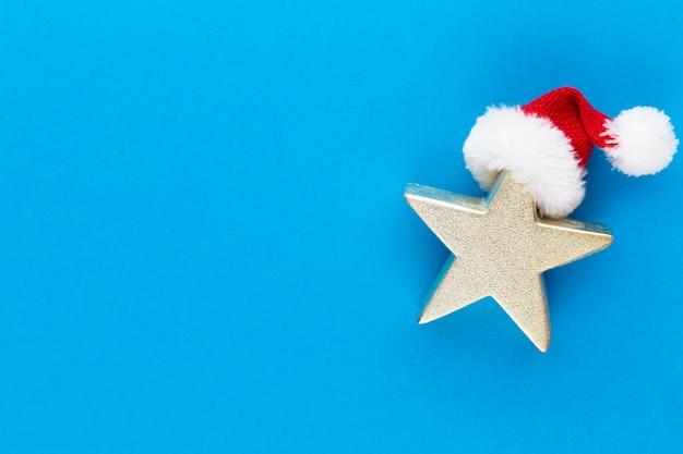 Kerstster, decor op pastel gekleurde achtergrond. minimaal concept voor kerstmis of nieuwjaar.