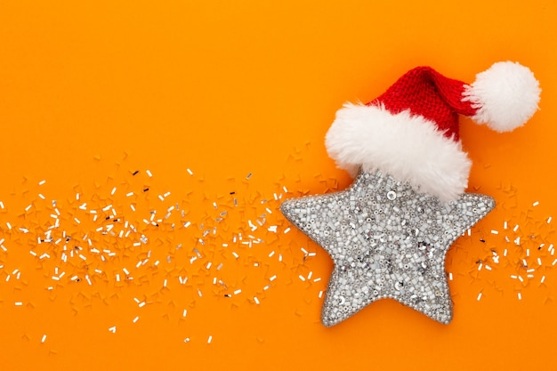 Kerststerren en glanzende glitter op pastel