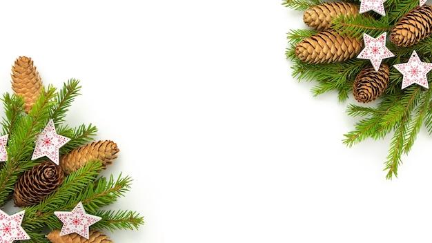 Kerststerren met kerstbomen en kegels op een witte achtergrond.