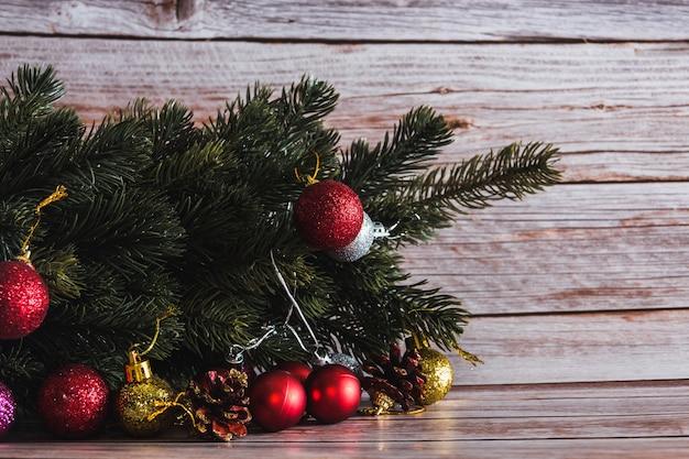 Kerststilleven met dennenboom en decoratieve ballen. ruimte kopiëren. selectieve aandacht.