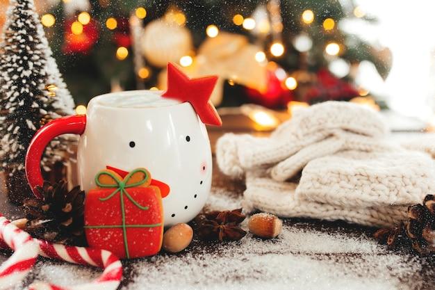 Kerststilleven met kopje koffie, koekje en decoraties.