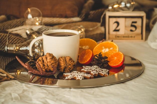 Kerststilleven. oude vintage houten kalender ingesteld op 25 december