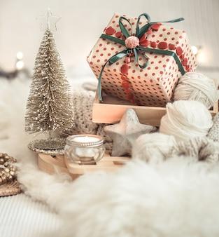 Kerststilleven tafel met feestelijk decor.