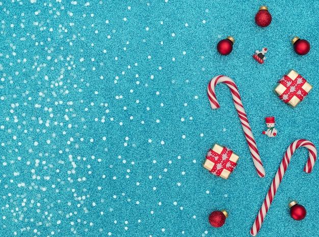 Kerststokken met geschenkdozen en houten kerstversieringen
