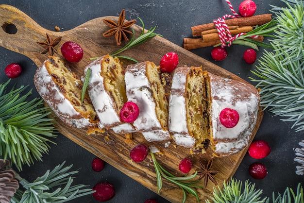 Kerststol met poedersuiker, marsepein en rozijnen