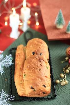 Kerststol traditioneel fruitbrood stollen-vakantietraktaties voor het gezin voordat ze worden afgestoft met suikerpoeder, vers gebakken