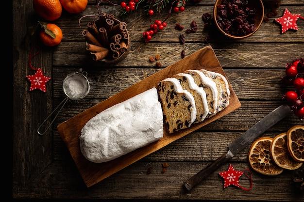 Kerststol traditioneel zoet fruitbrood met poedersuiker kerstvakantie tafel instelling bovenaanzicht