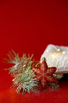Kerststuk speelgoed en spartak in snowwith gebreide witte trui en garland