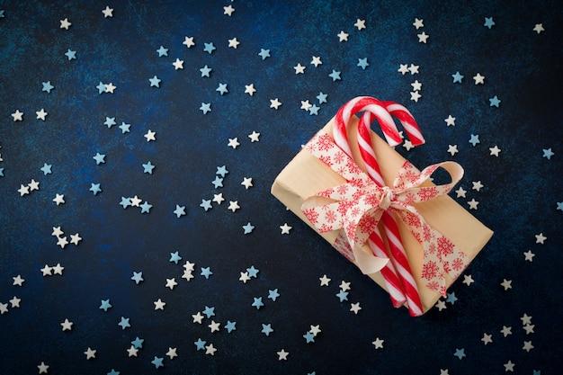 Kerstsuikergoed, geschenkdoos en veelkleurig poeder van banketbakker