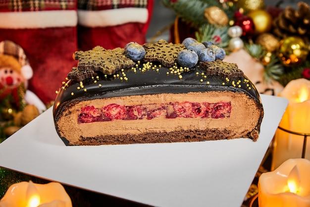 Kersttaart aangesneden met chocolademousse, kersencompote en chocolade natte biscuit