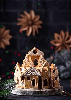 Kersttaart gedecoreerd met peperkoekkoekjes in de vorm van huisjes
