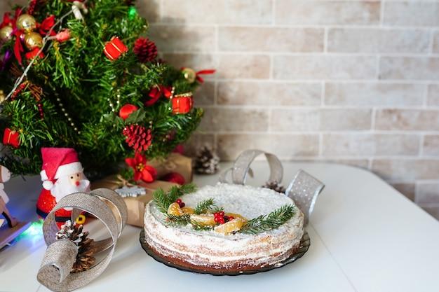 Kersttaart met kerstversiering op de keuken