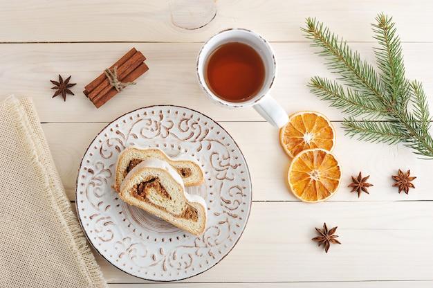 Kersttaart met poedersuiker, in plakjes gesneden, thee