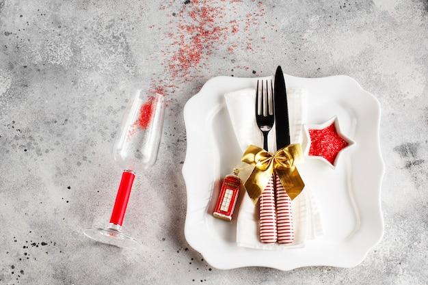 Kersttafel couvert met vierkante plaat, bestek met feestelijke decoraties