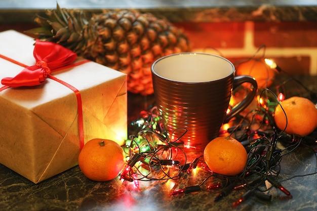 Kersttafel fruit en drankjes met gekleurde guirlande achtergrond
