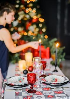 Kersttafel instelling in traditionele kleuren