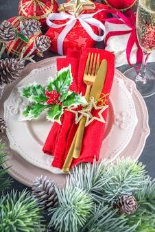 Kersttafel met borden en champagneglas Premium Foto