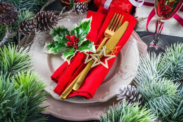 Kersttafel met borden en champagneglas