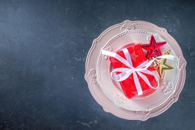Kersttafel met borden en geschenkdozen