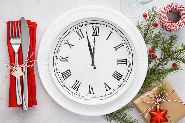 Kersttafel met bordklok, servet en bestek