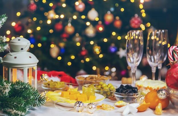 Kersttafel met champagne en eten. selectieve aandacht. vakantie.