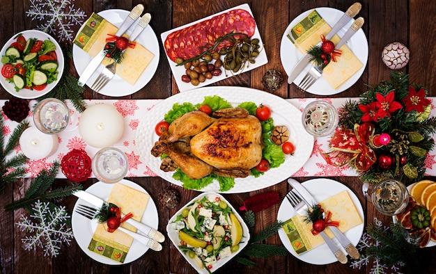 Kersttafel met een kalkoen versierd met helder klatergoud en kaarsen