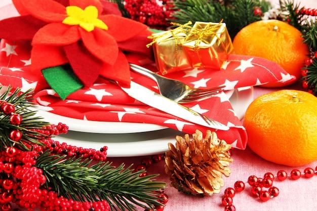 Kersttafel met feestelijke decoraties van dichtbij