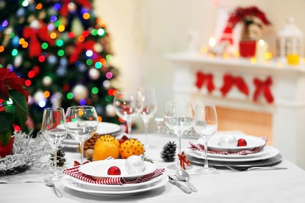 Kersttafel met kerstversiering op open haard