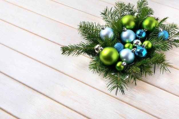 Kersttafel middelpunt met lichtblauwe en groene ornamenten