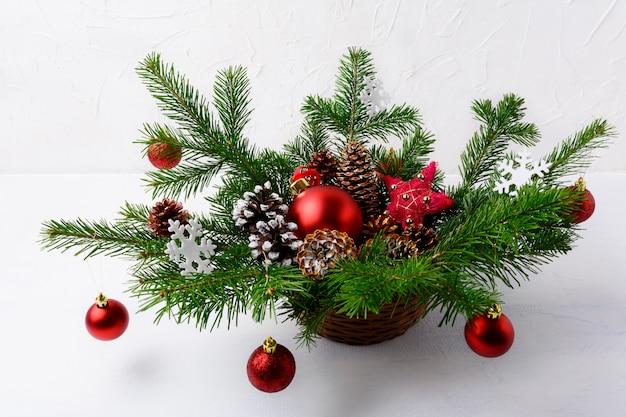 Kersttafel middelpunt met rode ornamenten en rustieke stroster