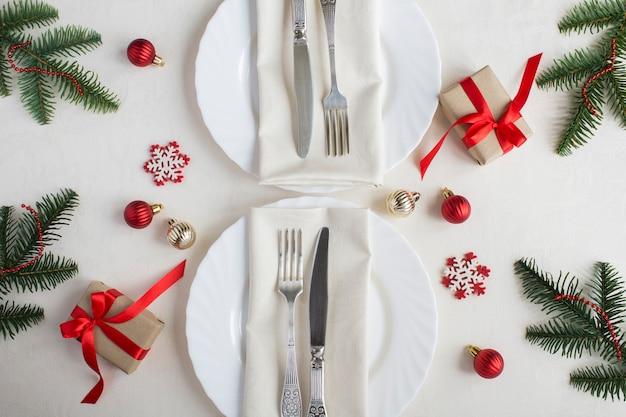 Kersttafel op het beige tafelkleed. bovenaanzicht. detailopname.