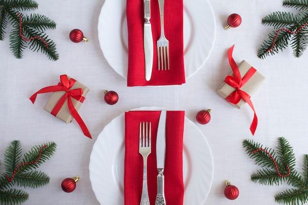 Kersttafel op het witte tafelkleed. bovenaanzicht. detailopname.