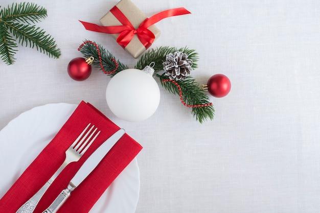 Kersttafel op het witte tafelkleed. bovenaanzicht. ruimte kopiëren.