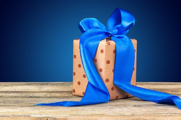 Kersttafeldecor met een geschenkdoos