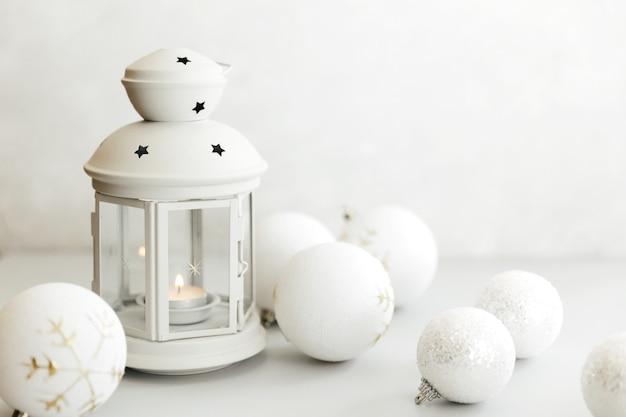Kersttafereel. vakantie wenskaart ontwerp. kaars achtergrond. nieuwjaar 2021 concept op witte achtergrond.