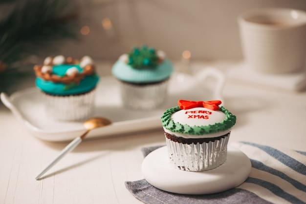 Kerstthema cupcakes op tafel Premium Foto