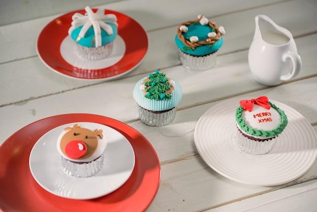 Kerstthema cupcakes op tafel
