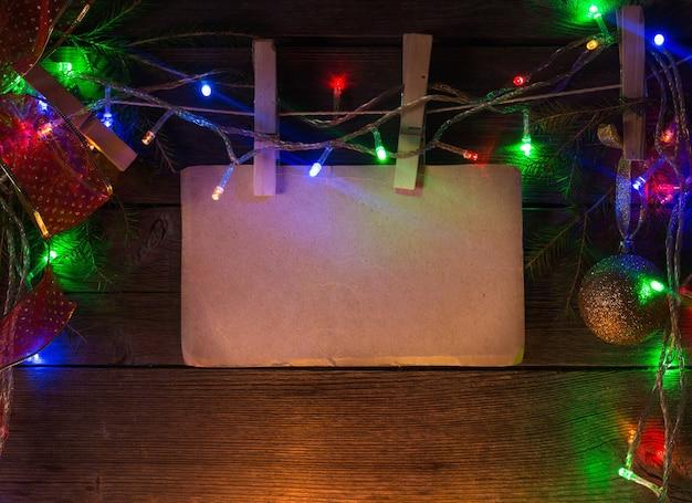 Kerstthema met blanco papier op houten planken