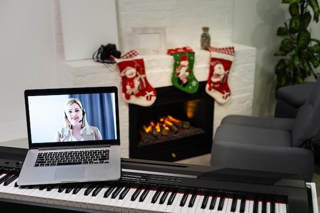 Kersttijd, laptop op pianotoetsen