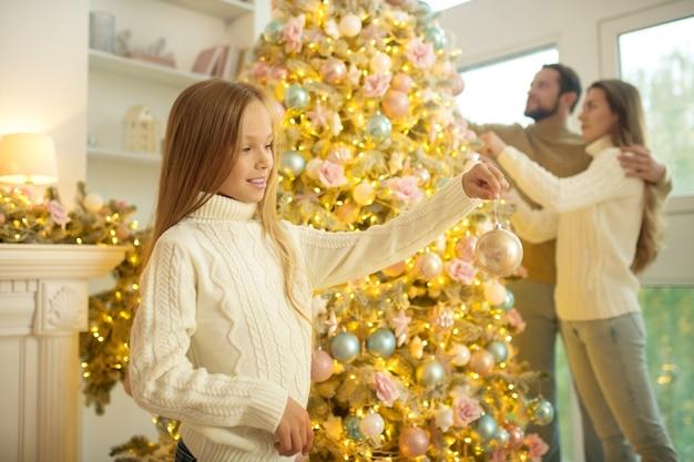 Kersttijd. leuke gelukkige familie kerstboom versieren en een goed gevoel