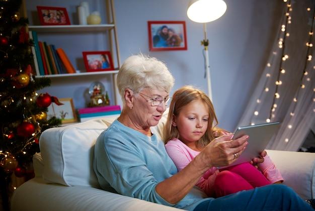 Kersttijd met grootmoeder en technologie