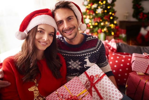 Kersttijd met liefdevolle persoon