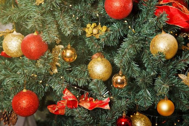 Kerstvakantie achtergrond van versierde boom met kerstballen en speelgoed