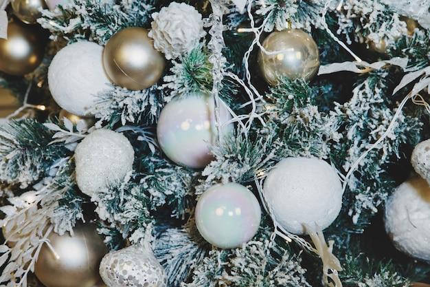 Kerstvakantie achtergronden van versierde feestelijke boom met kerstballen en speelgoed in de woonkamer. gelukkig nieuwjaarconcept. close-up decor in interieur. ruimte voor site kopiëren