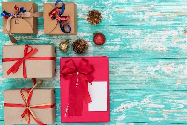 Kerstvakantie cadeau winkelen achtergrond. van bovenaf bekijken met kopieerruimte. ambachtelijke papier aanwezig dozen vastgebonden van touw op blauwe achtergrond, bovenaanzicht. platliggende compositie voor verjaardag.