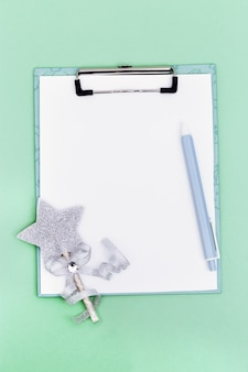 Kerstvakantie concept voorbereiding voor xmas mock-up wit vel voor verlanglijstje